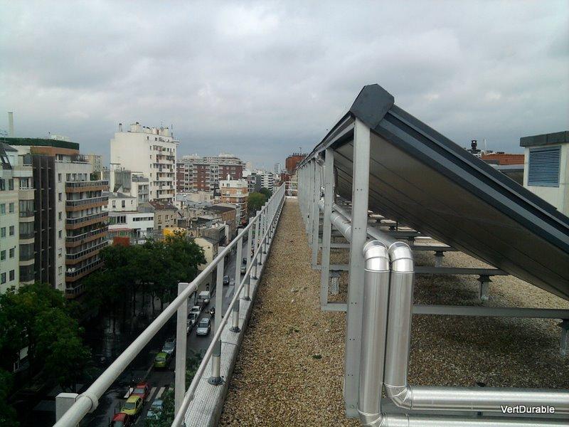 Panneaux solaires sur le toit de l'immeuble